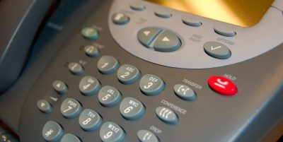 ¿Cómo se alimentan los teléfonos VoIP?